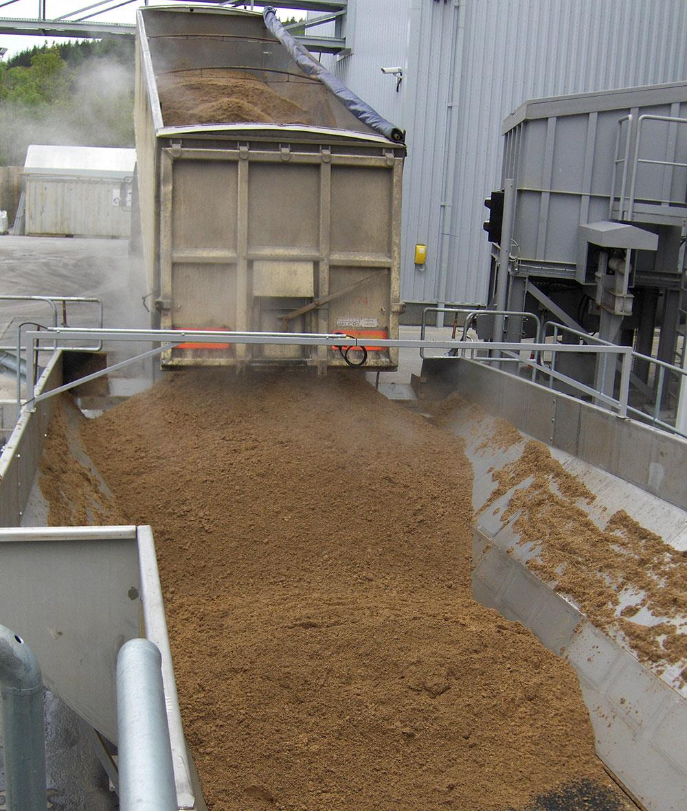 The plant is utilizing a by-product from the whiskey production - Draff, from 17 distilleries, mixed 50% with woodchips.